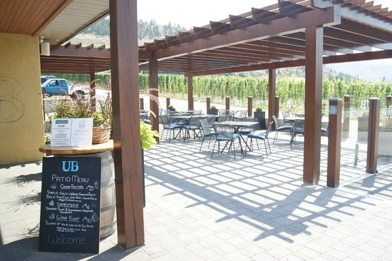 Upper Bench Estate Winery: Nice patio, directly beside a main road though