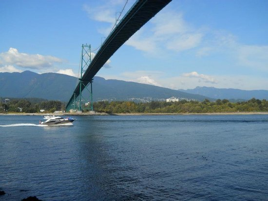 Seawall in Vancouver : A bridge with a view