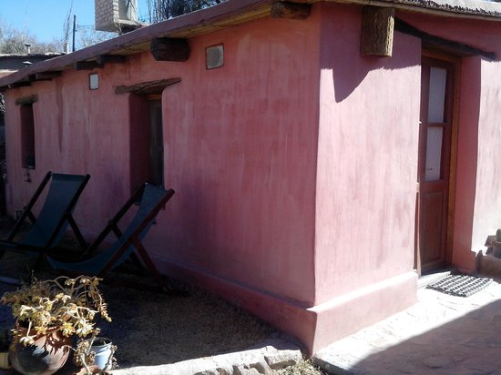 La Calabaza : La habitación desde el exterior... tiene lugares para sentarse a descansar y una mesita para com