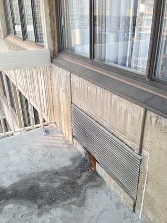 Residence Inn Montreal Westmount: Balcony with AC water damage