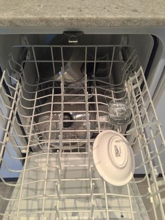 Residence Inn Montreal Westmount : Broken glass left in the dishwasher on arrival