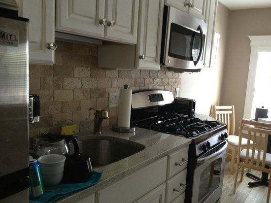 The Inn at Crystal Cove: Full kitchen in room #204