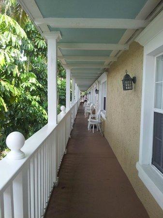 Tortuga Beach Resort: 2nd floor walkway