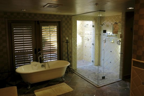 Royal Palms Resort and Spa: Tub and indoor/outdoor shower
