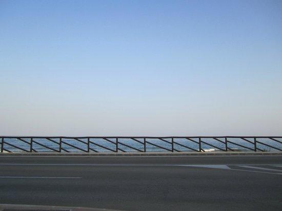 Esperanza Hostal: Beach across road