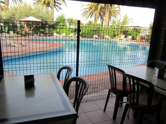 Esperanza Hostal: Pool from restaurant