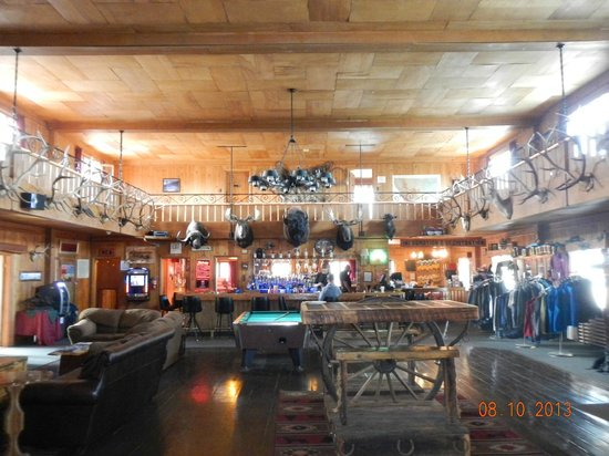 Jackson Hot Springs Lodge: Interior of main room