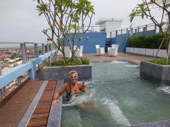 The Frangipani Living Arts Hotel & Spa: ROOFTOP POOL/SPA