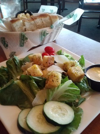 Green Mill: Side salad and bread basket