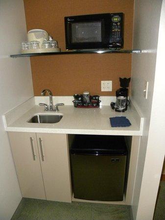 SpringHill Suites Sacramento Roseville: Handy sink, fridge and microwave