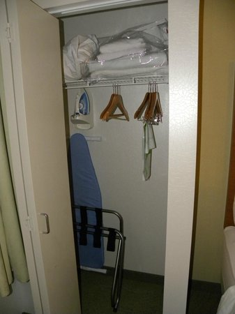 SpringHill Suites Sacramento Roseville: 2nd closet