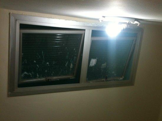 Hotel Villamar: janela da escada quebrada