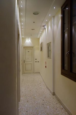 Hotel dell'Opera: hallway