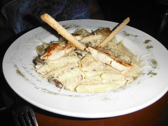 Le Chef Cozumel: Chicken Pasta in a cream sauce - beautiful presentation & huge portion