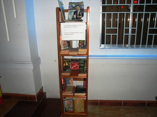Kim Long Hotel: Bookshelf
