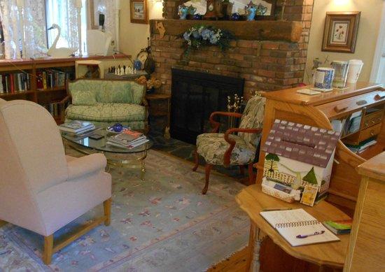 Berkshire Hills Country Inn : Den area