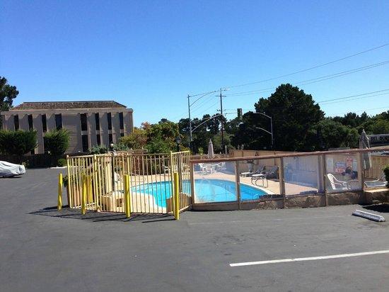 Knights Inn Carmel Hill: la piscina.....
