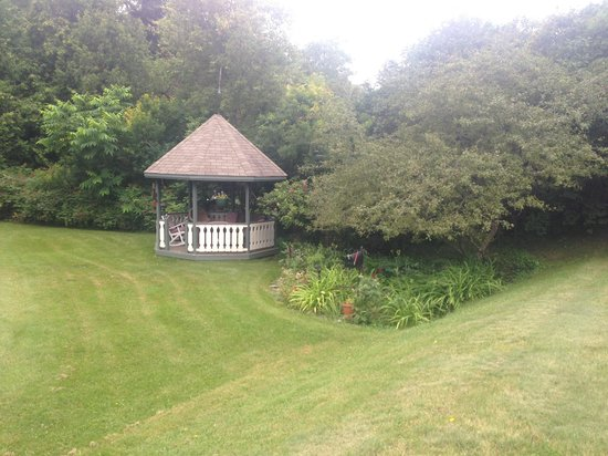 McVicar Manor Bed and Breakfast: Seating area in garden