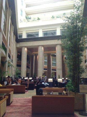 The Fullerton Hotel Singapore: 朝のロビー階