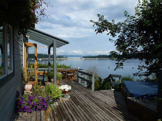 Quadra Island Harbour House B&B: view of harbour house and rebecca spit