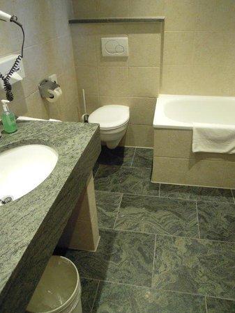 Hotel Hirsch: Nice clean bathroom