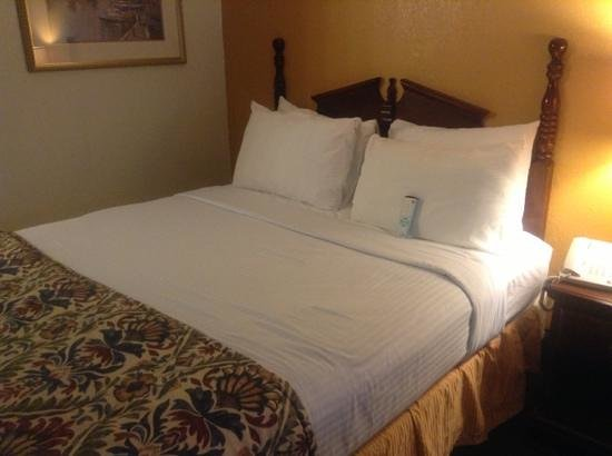 BEST WESTERN Inn: bed made with care and 'clean' remote
