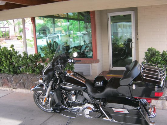 BEST WESTERN Travel Inn: Our Bikes had plenty of parking