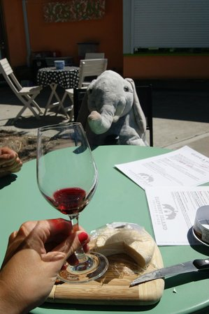 Elephant Island Orchard Wines: Bring your own picnic, ask for cutting board and knife :)