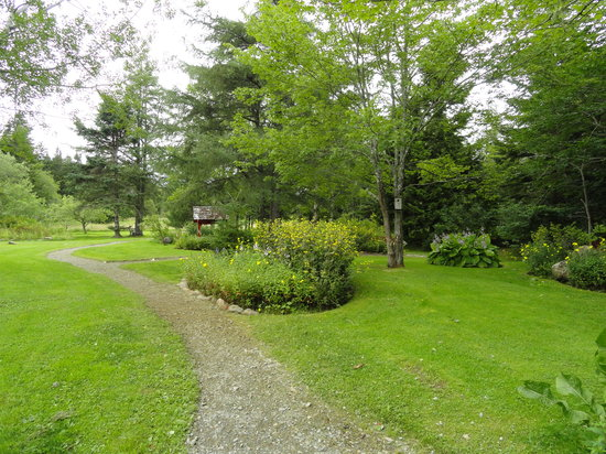 Innisfree Bed and Breakfast: There is 10 beautiful acres of gardens and walking trails!