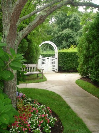The Chatham Wayside Inn: Charming Gardens