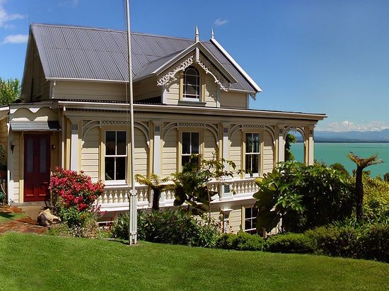 Te Puna Wai Lodge: From the terrace lawn