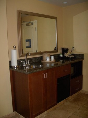 Hampton Inn & Suites Little Rock - Downtown: wet bar with fridge, microwave and coffee maker
