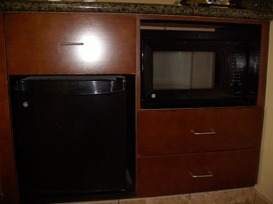 Hampton Inn & Suites Little Rock - Downtown: fridge and microwave