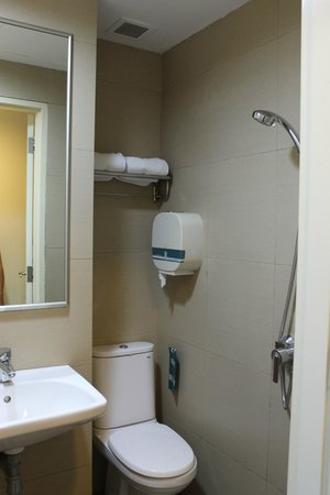Hotel 81-Bugis : The Small Bathroom
