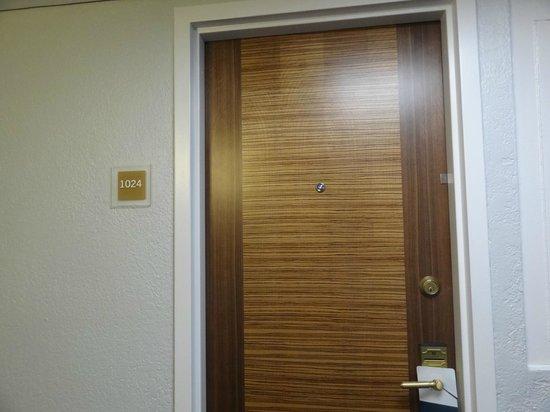 Nuevas puertas de las habitaciones picture of four for Puertas habitaciones