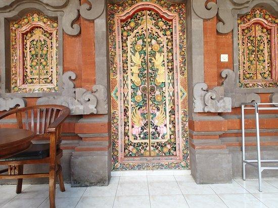 Kori Bali Inn: The front door of the room