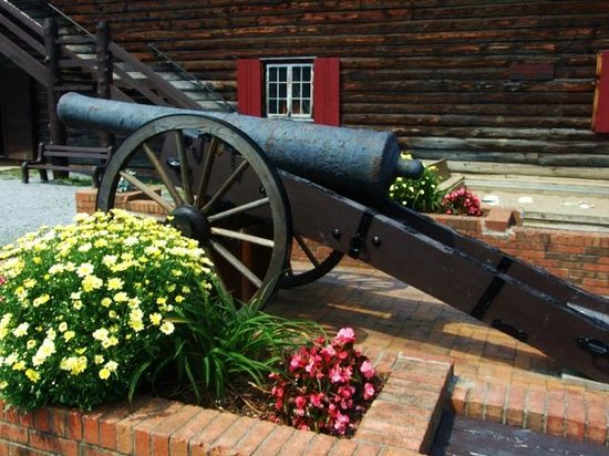 Fort William Henry : Authentic as well as replicas of cannons everywhere