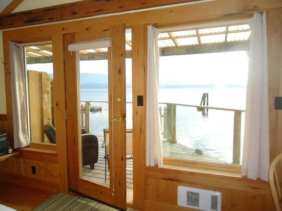Seine Boat Inn: Looking out onto the deck