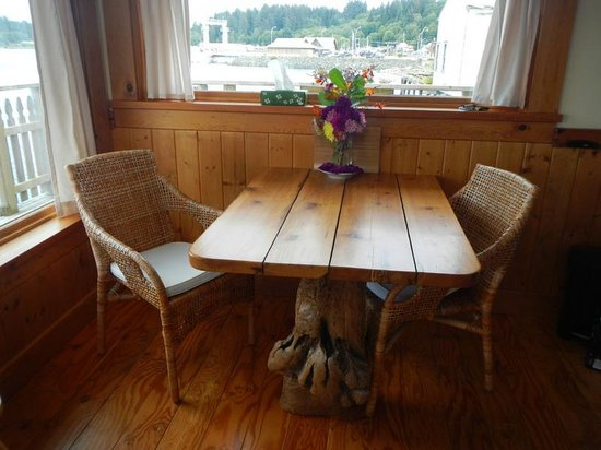 Seine Boat Inn: Beautifully handcrafted table