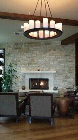 Casa Munras Garden Hotel & Spa : inviting fireplace next to the restaurant