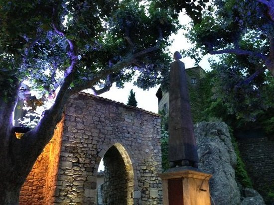 Hotel Restaurant des Deux Rocs : View from restaurant terrace to city wall