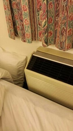Motel 6 Chicago Northwest- Rolling Meadows: A/C really close to bed