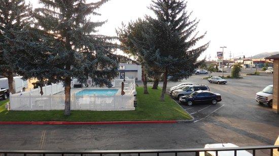 Cimarron Inn Klamath Falls: Pool in the middle of parking lot overlooking street.