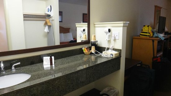 Cimarron Inn & Suites Klamath Falls: Counter with hairdryer, etc.