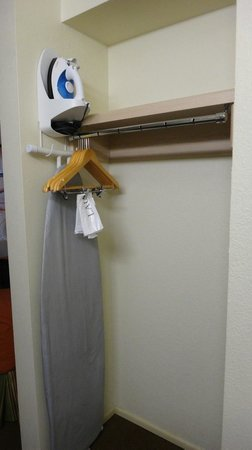 Cimarron Inn & Suites Klamath Falls: Roomy closet with iron/board.