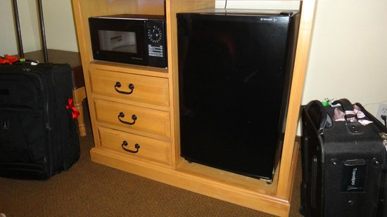 Cimarron Inn & Suites Klamath Falls: Fridge+ microwave with lots of drawer space.