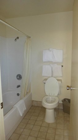 Cimarron Inn & Suites Klamath Falls: Very clean toilet