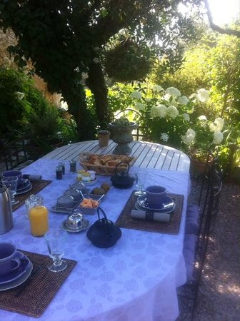 ‪‪La Vieille Bergerie‬: Breakfast in the garden‬