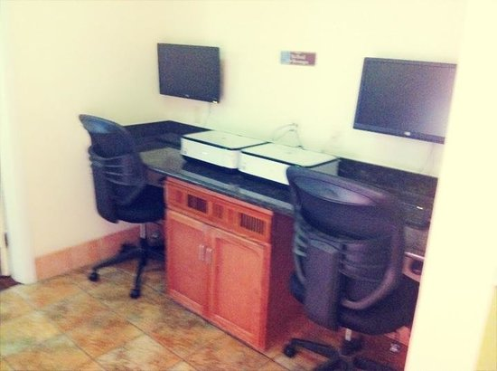 Best Western Plus Salinas Valley Inn & Suites: Small but useful business center :)