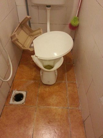 1st Inn Hotel Subang Jaya: Broken common toilet